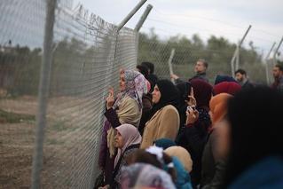 被禁止入场 巴勒斯坦妇女站铁网旁观赛