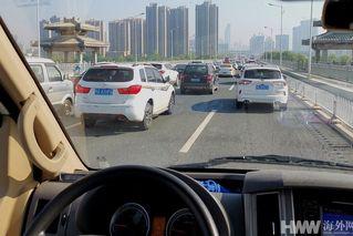 武汉交通复苏 现短时堵车现象