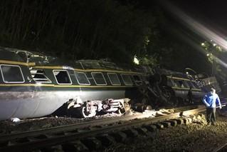 列车在湖南脱轨 多台挖掘机连夜清理