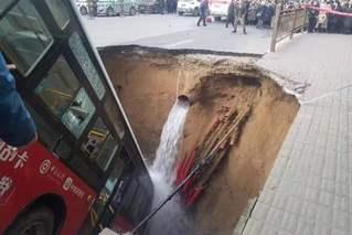 西宁道路塌陷事故 揭城市