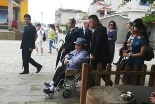 令人唏嘘!66岁洪金宝 如今出行靠轮椅