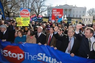 美公务员白宫前抗议政府停摆:想要工作