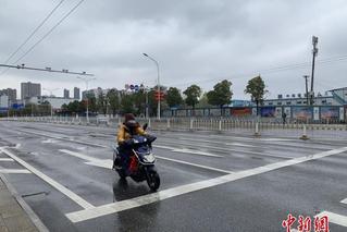 机动车禁行首日 武汉中心城区街头即景