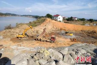 湖南衡东灾后重建:河堤决口护坡加固