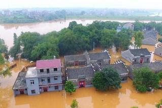 航拍江西丰城暴雨成灾 房屋变水上楼阁