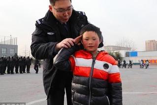 """""""冰花男孩""""北京圆梦 和家人参观警校"""