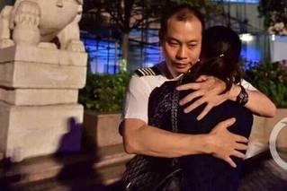 备降38小时后 川航机长与妻子见面