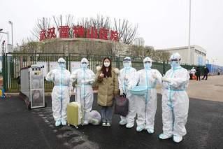 武汉雷神山医院32名患者同日出院