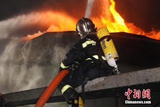江苏盐城化工厂爆炸 消防员现场灭火