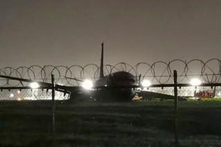 厦航载165人客机腹部着陆 机身损毁严重