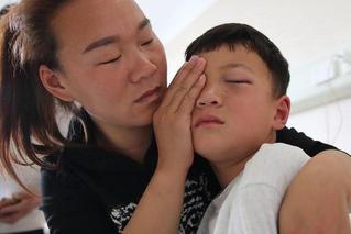 6岁男童游乐场遭飞镖扎眼 肇事女子失联