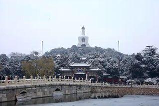 登高赏雪 北京30万游客雪后公园打卡