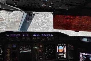 南航客机北京降落时遭冰雹 风挡现裂痕