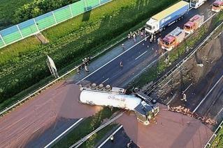 波兰货车失事 12吨巧克力倒满公路