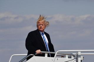 特朗普开会遇大风天气 头发被吹成草窝