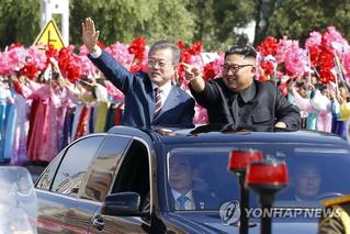朝韩领导人首次乘车巡视 向民众挥手致意