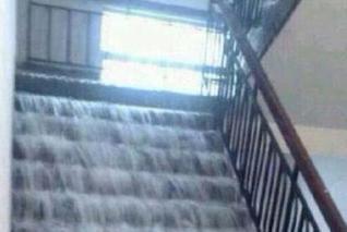 武汉暴雨楼梯变瀑布 白昼瞬间变傍晚