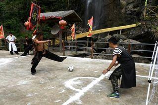 """福建现""""武侠世界杯"""":球员在桥上踢球"""