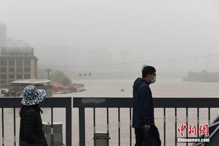 兰州遭沙尘袭击 城市景观若隐若现