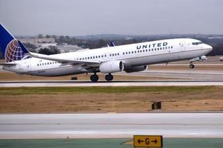 美联航一波音737紧急返航 引擎盖被掀