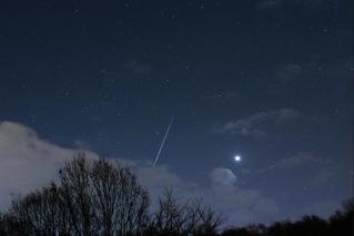 双子座流星雨划过夜空 快来许愿