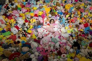 90后女孩一年花费4万多 抓了近7千个娃娃