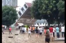 广西连日降雨 多栋楼房在居民眼前消失!
