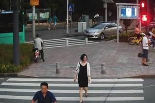 深圳曝光闯红灯行人:照片姓名身份证都有