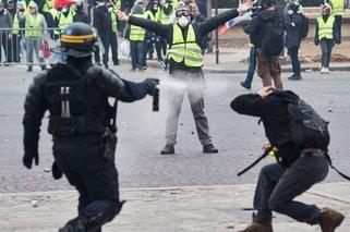 法国小学生玩黄马甲游戏 高喊马克龙下台
