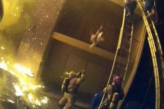 大火中 消防员伸手接被父亲扔下楼的女孩