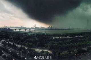 武汉发暴雨红色预警 电闪雷鸣1秒黑天