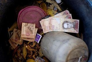 委内瑞拉:垃圾桶里人们扔掉的钞票
