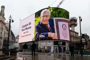 英国:向抗疫募款百岁老兵致敬