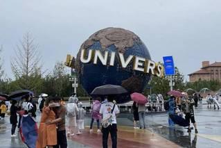 环球影城正式开园 游客雨中排队热情不减