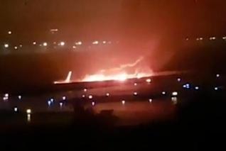 俄载160人客机降落时起火 致至少6伤