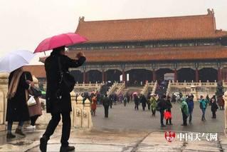 北京终于飘雪!故宫游人雪中赏景