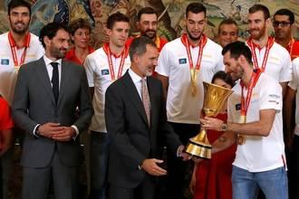 西班牙男篮举行夺冠游行 接受国王接见