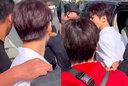 王俊凯遭男子强行搂肩